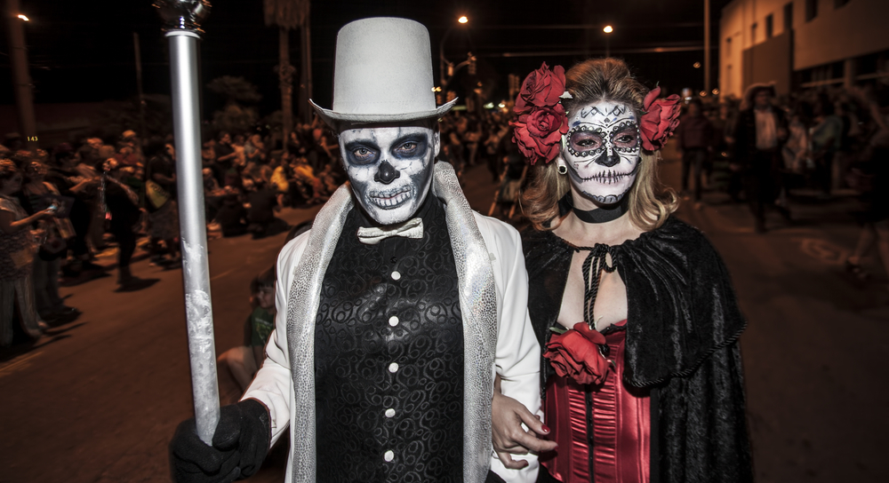 Due persone mascherate in occasione della All Souls Procession, in Arizona.