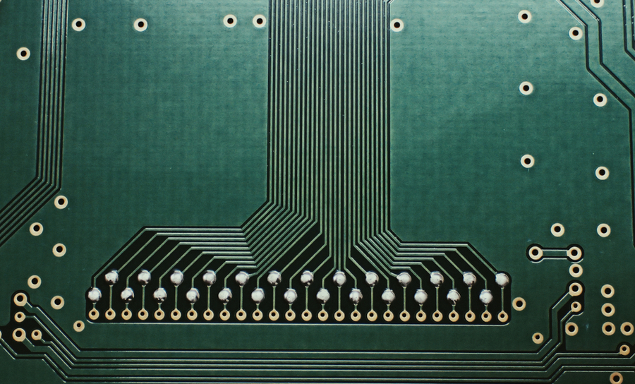 Differential routing pairs on a green PCB