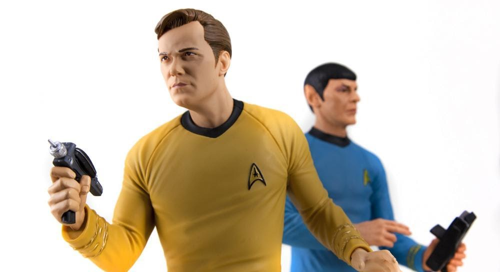 Capitaine Kirk et Spock tenant des phasers